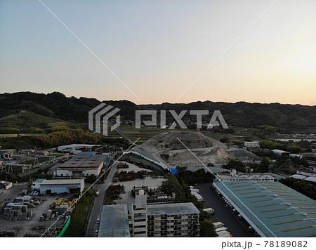 大阪府枚方市尊延寺、2021年6月 夕暮れ時の街並みドローン空撮画像 78189082