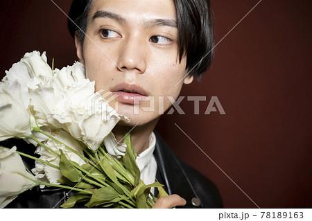 花を持つ男性のポートレート 78189163
