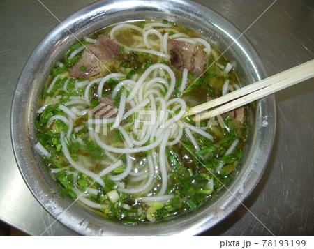 世界の麺料理:牛肉米線、中国雲南省名物である米のうどんの米線と焼牛とネギ 78193199