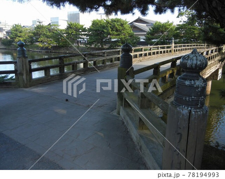 日本の歴史を感じさせる古い街の景色:国宝松江城の北堀の京橋川と宇賀橋 78194993