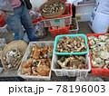 世界の食べ物:中国雲南省麗江旧市街の市場で売られている椎茸・松茸等の茸 78196003