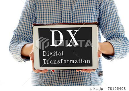 DXと書かれたタブレットを持っている女性 78196498