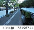 日本の古い街の風景:山陰の小京都と言われる島根県津和野町の殿町にある武家屋敷と堀割 78196711
