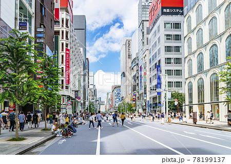 【東京都】たくさんの人で賑わう休日の銀座中央通り 78199137