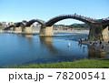 日本の川景色:岩国市を流れる錦川及び錦帯橋の真夏の日本晴れの日の風景 78200541