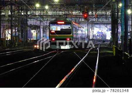 夜の駅に進入する電車のテールライト 78201348