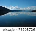 コロラド川沿いのグランビー湖の広大な景色です。湖に反転して映る青空が絶景です。 78203726