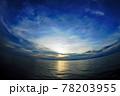 パプアニューギニア、ワリンデイから見える夕陽を魚眼レンズで広さを強調してみました。 78203955