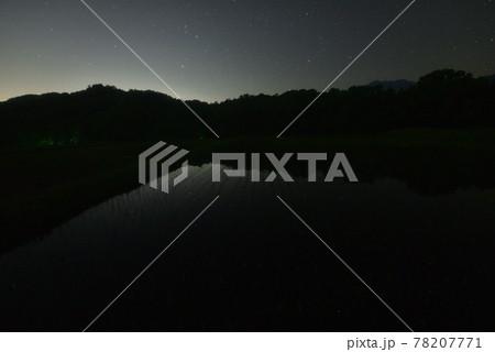 北杜市白州町、星空映す田植えの済んだ水田 78207771