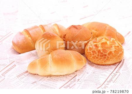 パン色々 シンプルな形状のパン 明るい背景 78219870