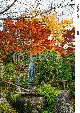 紅葉の魚山大原寺、実光院 観音菩薩像と童像 78219895