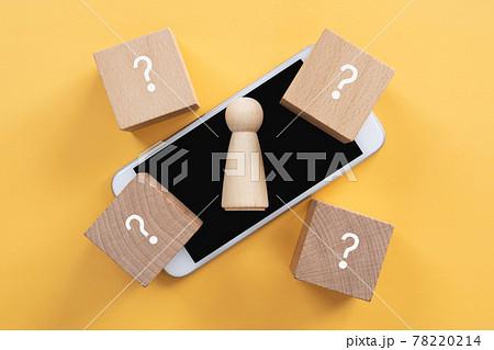 匿名、名無し、不明、特定できない はてなマークの積み木と人型のオブジェとスマホ 78220214