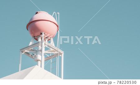 【生活】青空の下のピンク色の屋上の貯水槽 貯水タンク 78220530