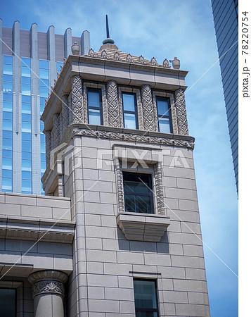 東京都心のビル群に昭和初期の様式建築がある風景 78220754