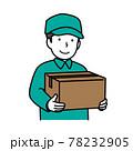 荷物を持つ配達員 78232905