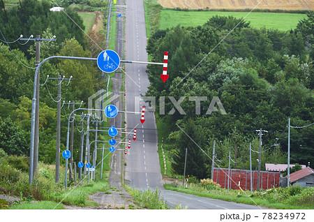 歩行者優先標識が連なる道(北海道) 78234972