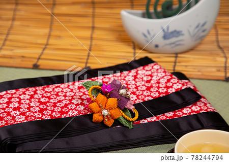 和室に置かれた浴衣の帯と小物 78244794