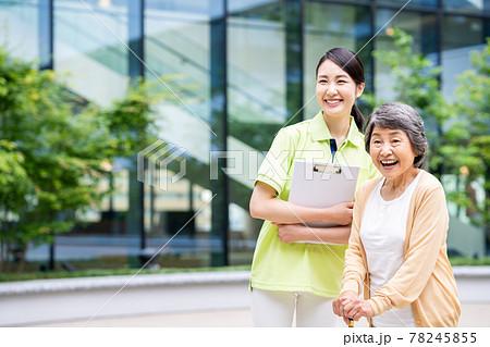 介護施設の高齢者の女性と介護福祉士 撮影協力「LINK FOREST」 78245855