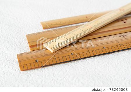 竹製の物差し 使い込んだ竹尺 78246008