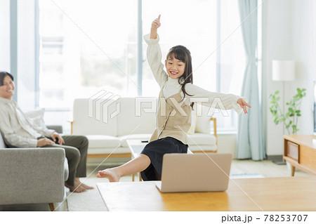 パソコンを見ながらバレエを練習する女の子 78253707
