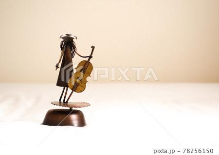 チェロを弾く女性 78256150