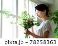 窓際で花束を見る女性 78258363