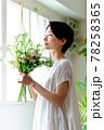 窓際で花束を見る女性 78258365