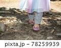 キラキラサンダルでハイキングで山を登る女の子の足 78259939