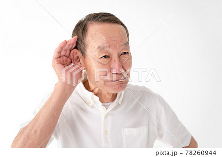 耳が聞こえにくいシニア男性 78260944