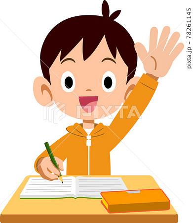 授業中に手をあげる発言する小学生の男の子 78261145