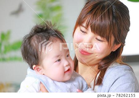 笑う乳児をいとおしそうに見る母親 78262155