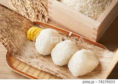 塩おむすびと、枡に盛られたお米 78276033