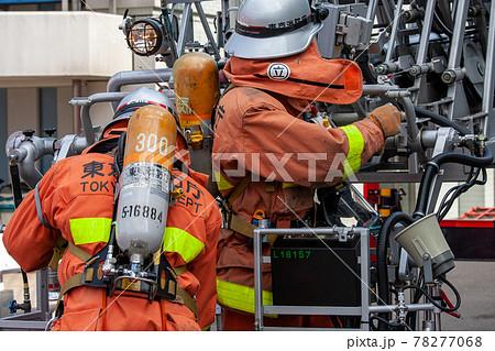 救助活動をする消防士(立川市・東京) 78277068