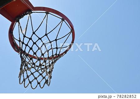バスケットゴールと晴天の空 78282852