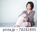 【屋内】部屋着で身支度する女性 78282895