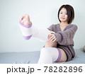 【屋内】部屋着で身支度する女性 78282896