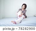 【屋内】部屋着で身支度する女性 78282900