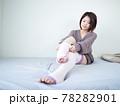 【屋内】部屋着で身支度する女性 78282901