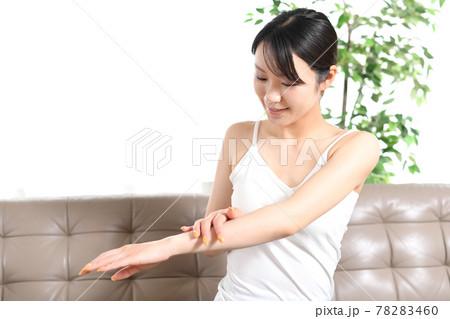 ボディケアをする若い女性のイメージ 78283460