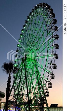 美しい夕暮れの夕陽に染まる遊園地の観覧車 78284617