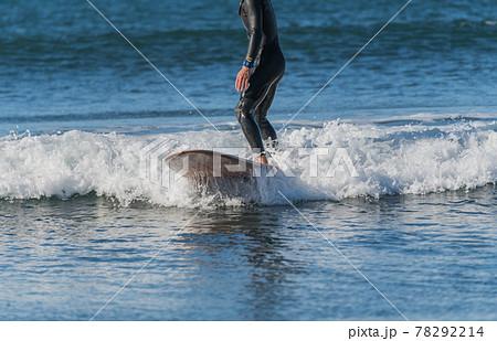 【強風吹き荒れる春の嵐の中のサーフィン】 78292214