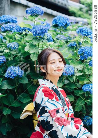 紫陽花と浴衣姿の女性 78295889