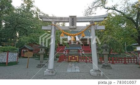 夕暮れの世良田東照宮・鳥居と拝殿 78301007