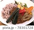 カフェのランチに食べた健康的でヘルシーな野菜たっぷりの雑穀米カレーライス 78301728