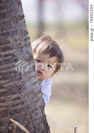桜の公園で遊ぶ赤ちゃん 78302204