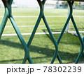 晴れた夏の日サッカーグランドがフェンス越しで見える 78302239