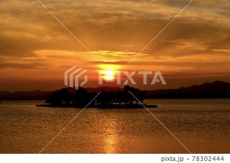 沈む夕日とオレンジに照らされた湖面 78302444