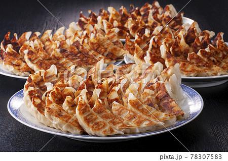 たくさんの焼き餃子 78307583