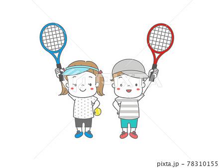 テニスラケットをもって張り切る男の子と女の子 帽子、サンバイザー 78310155