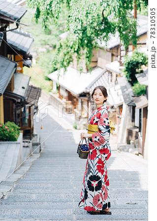 京都観光をする浴衣の女性 78310505